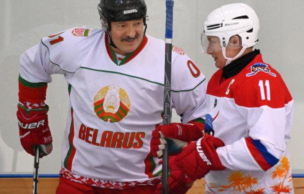 El presidente de Bielorrusia, Alexander Lukashenko, junto al ruso, Vladimir Putin, en una imagen del 10 de febrero