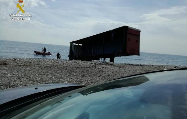 Los narcotraficantes abandonan un contenedor en la playa