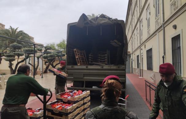 Entre muchos de los cometidos de los militares se encuentra colaborar en repartos de comidas