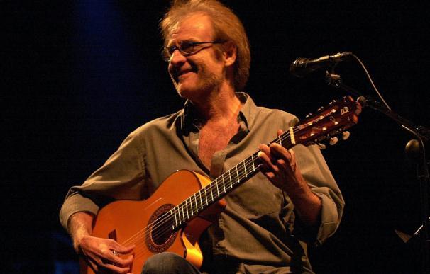 Fotografía de archivo del 21 de julio de 2001 del cantautor madrileño Luis Eduardo Aute durante su actuación en Santiago de Compostela.