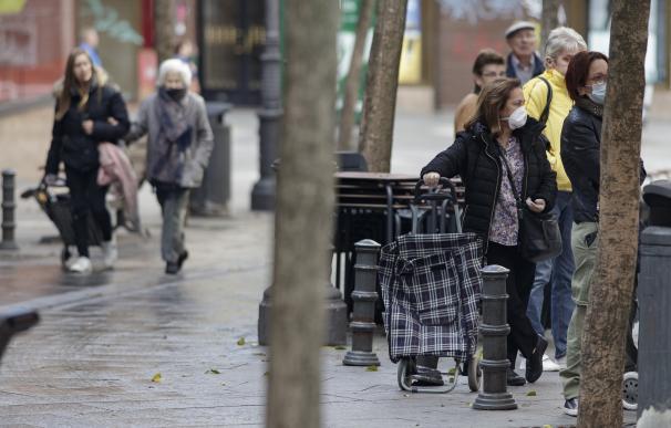 """La angustia de los mayores ante el virus: """"Si me contagio con esto voy a morir"""". / EFE"""