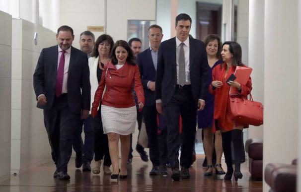 Pedro Sánchez, junto a colaboradores / EFE