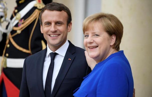 El presidente francés, Emmanuel Macron (i), y la canciller alemana Angela Merkel (d), tras la cumbre franco-alemana en el Palacio del Elíseo, en París (Francia), hoy, 13 de julio de 2017. EFE/Julien de Rosa