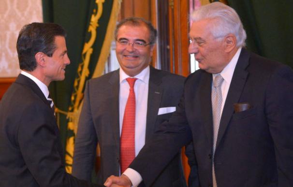Ángel Ron y Antonio del Valle (d) saludan al presidente de México, Enrique Peña Nieto (EFE)