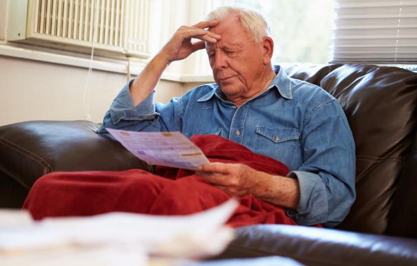 Fotografía de un jubilado con deudas. Existen plazos para la prescripción y no tener que pagarlas.
