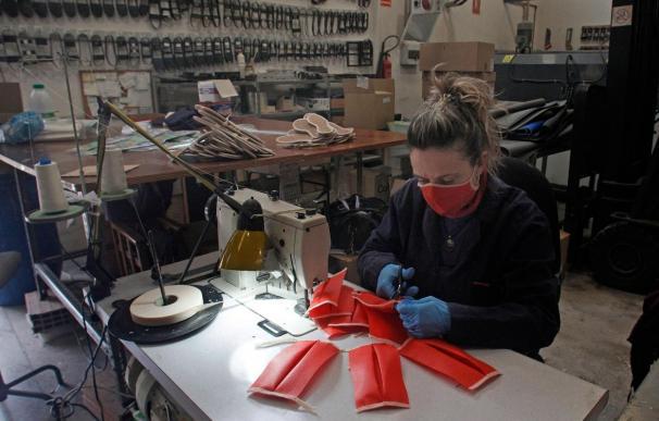 Trabajadora creando mascarillas