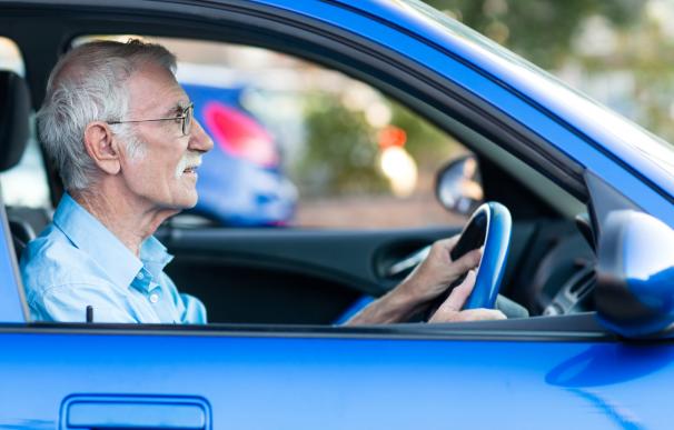 Fotografía de un jubilado conduciendo. Algunos trabajadores en España se pueden acoger al régimen antiguo de pensiones y cobrar más.