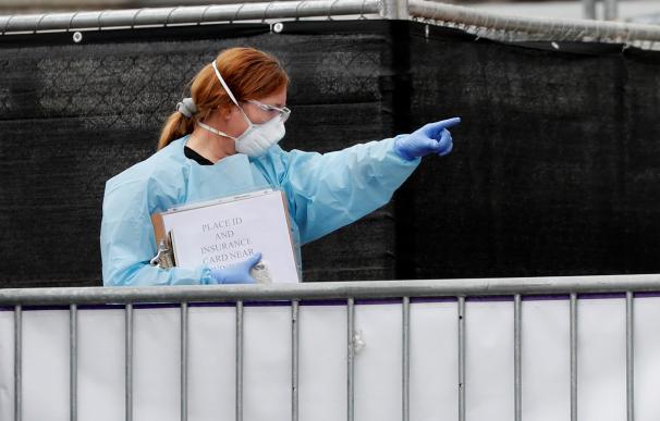 Sanitarios se preparan para realizar pruebas del coronavirus a conductores en Oakland, California. /EFE / EPA / JOHN G. MABANGLO