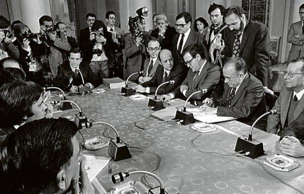Imagen de la firma de los Pactos de la Moncloa, en el otoño de 1977