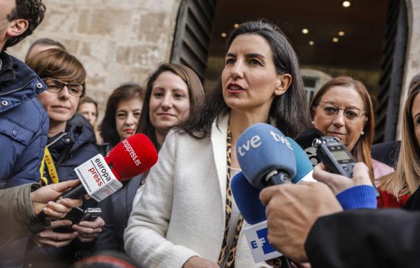 La portavoz de VOX en la Asamblea de Madrid, Rocío Monasterio, ofrece declaraciones ante los medios de comunicación, en relación al PIN Parental, tras la concentración de tres minutos de silencio a las puertas de Les Corts Valencianes, para condenar el úl