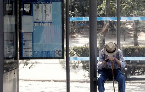 Un anciano espera el autobús