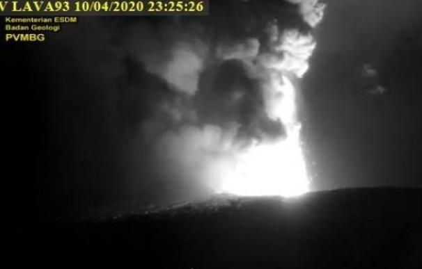 El volcán 'Kratatoa' despierta y entra en erupción con nubes de hasta 500 metros