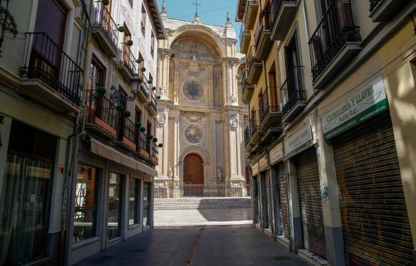 Una calle vacía que desemboca en la Catedral de Granada