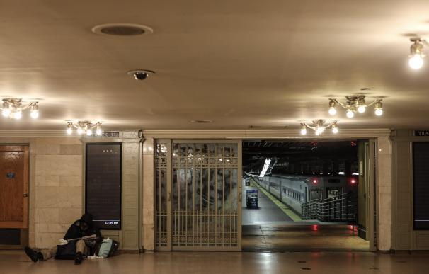 Un vagabundo, en una solitaria estación en Nueva York