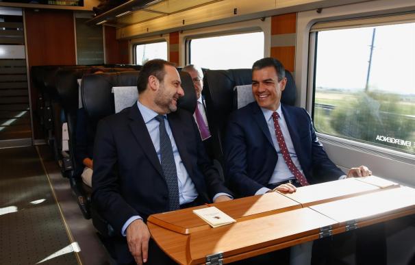 José Luis Ábalos y Pedro Sánchez en el AVE de Granada