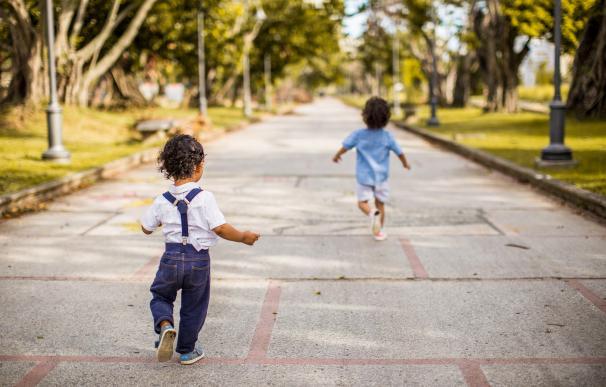 Dos niños en la calle