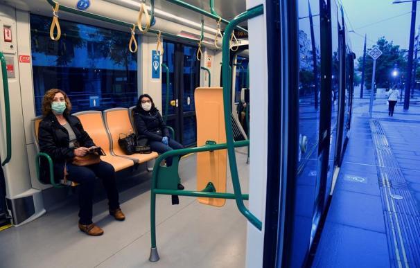 Dos mujeres viajan en transporte público en Granada este lunes