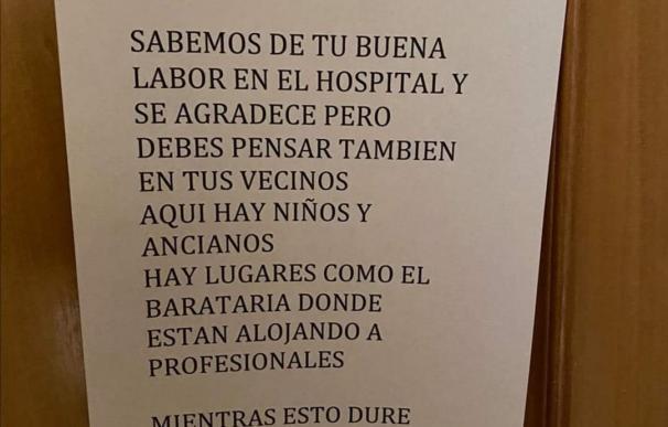 Vecinos piden a un médico que abandone el edificio