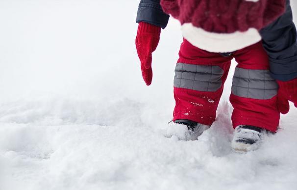 Fotografía de un bebé en la nieve.