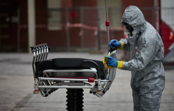 Un bombero de navarra desinfecta una camilla del Hospital de Navarra durante la cuarta semana de confinamiento por el Estado de Alarma decretado por el Gobierno de España con motivo del coronavirus, COVID-19.