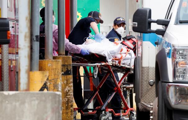 Los paramédicos llevan a un paciente a la sala de emergencias del Centro Hospitalario Elmhurst en Queens, Nueva York. /EFE/EPA/JUSTIN LANE