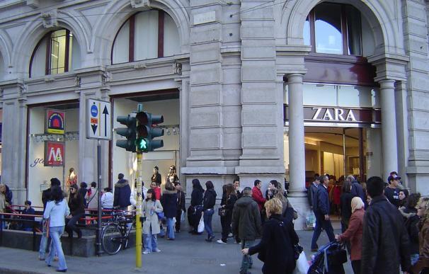 Fotografía de una tienda de Zara en Milán. El comercio online de la firma de Inditex sigue activo durante la crisis del coronavirus.