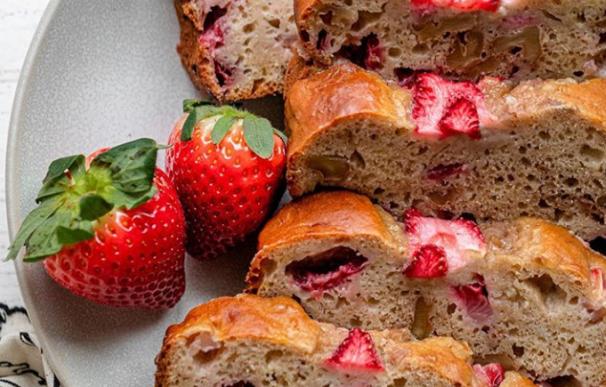 Fotografía del pan sano de plátano y fresas que triunfa en Instagram.