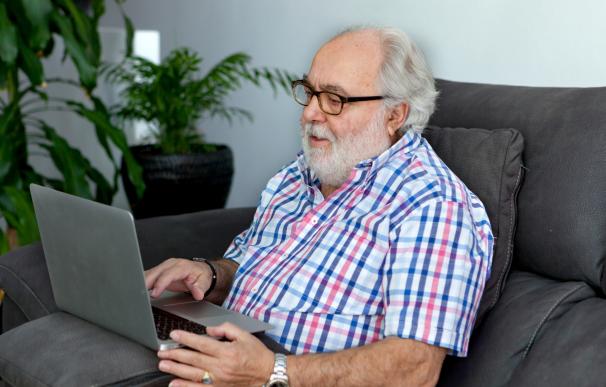 Fotografía de un jubilad con un ordenador. Este colectivo tiene que estar alerta por una estafa que busca robar sus datos bancarios.