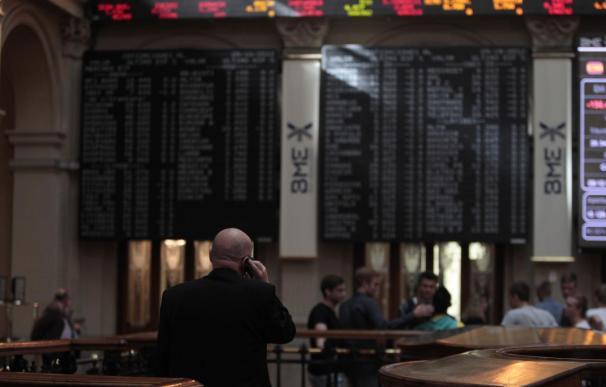 (Amp.) El Ibex se deja un 0,6% arrastrado por los bancos en una jornada sin la referencia de Wall Street