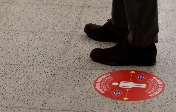 Círculos rojos separación social Metro de Madrid