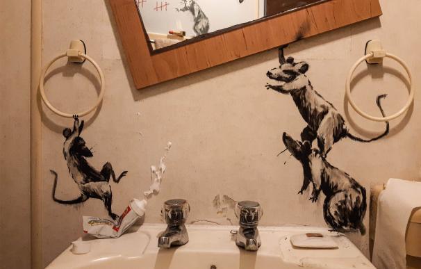 Banksy, confinado, pinta su nueva obra en su baño