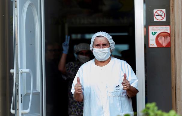 Personal sanitario agradecen a los miembros de la UME la desinfección en la residencia geriátrica Paradis del Mar de Pineda de Mar (Barcelona). /EFE/ Alejandro García
