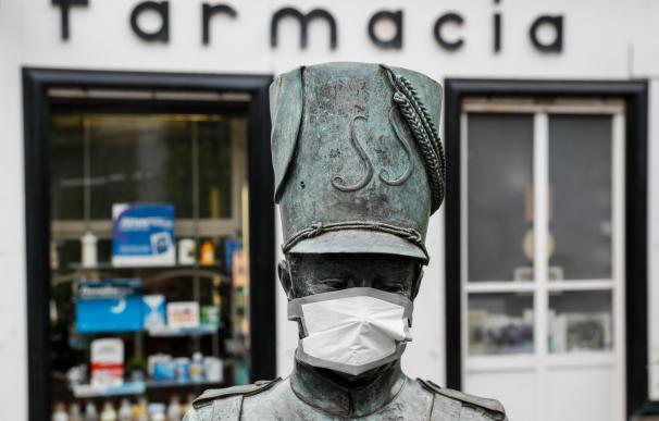 La escultura de un tamborrero luce una mascarilla de protección este jueves en la Parte Vieja de San Sebastián, durante la quinta semana de alerta sanitaria por el coronavirus Covid-19. EFE/Juan Herrero.
