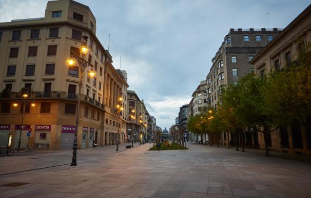 La Avenida Carlos III amanece vacía durante el día 33 del estado de alarma en el país por la crisis del coronavirus donde colectivos esenciales y aquellos que no puedan teletrabajar tienen permitidos los desplazamientos. En Pamplona, Navarra, (España), a