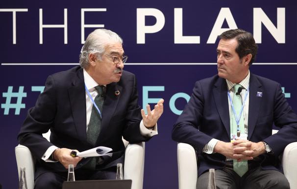 El consejero delegado de Endesa, José Bogas (i), el presidente de CEOE, Antonio Garamendi (d), presentan el panel 'Transición Justa' durante la undécima jornada de la Cumbre del Clima (COP25) en Ifema, Madrid (España), a 12 de diciembre de 2019.