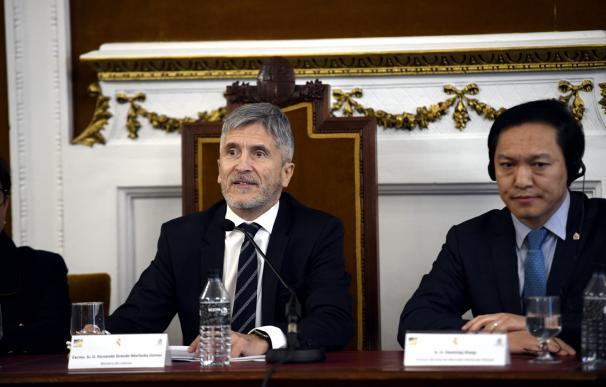 El ministro de Interior, Fernando Grande-Marlaska (i) y el director del Área de Mercados Ilícitos de Interpol, Daoming Zhang (d) intervienen en la clausura de unas jornadas sobre contaminación marítima lideradas por la Guardia Civil en la Residencia Infan
