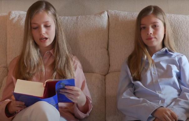 Leonor lee un pasaje junto a su hermana Sofía. /L.I.