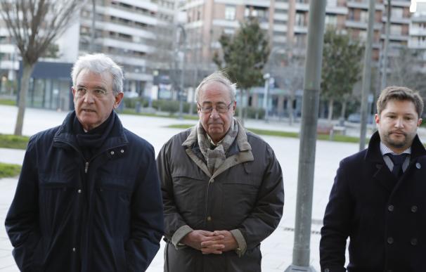El ex gerente del Club de Fútbol Osasuna, Ángel Vizcay (centro), a su llegada al Palacio de Justicia de Pamplona