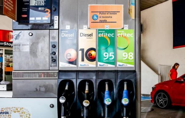 El consumo de carburantes se situó en marzo en niveles de 1999.