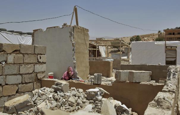 Una refugiada siria del campamento de Arsal en los escombros de su casa, demolida por las fuerzas libanesas