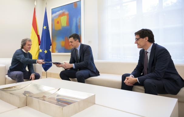 """Illa entrega a Sánchez un informe sobre la """"estrategia de transición"""" antes de la reunión con las CCAA, en Madrid"""