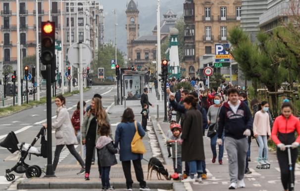 Una multitud de personas caminando por San Sebastián