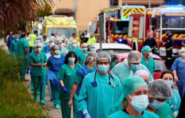 Sanitarios españoles durante la crisis del coronavirus en la puerta de un hospital