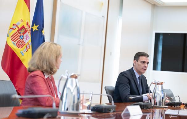 El presidente del Gobierno, Pedro Sánchez, y la vicepresidenta tercera de Asuntos Económicos y Transformación Digital, Nadia Calviño