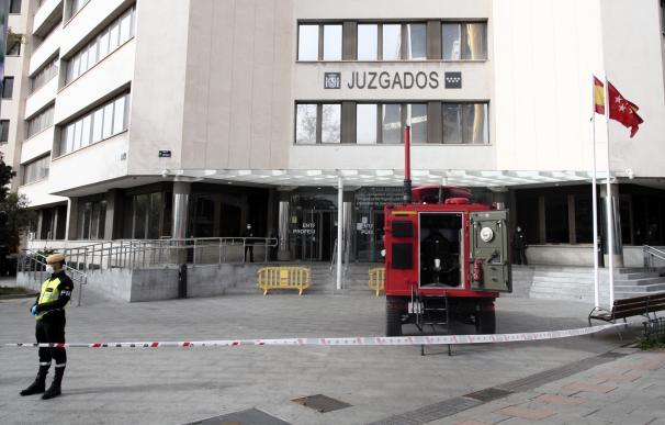 Un militar de la UME vigila fuera de los juzgados ordinarios de Plaza Castilla y de Familia