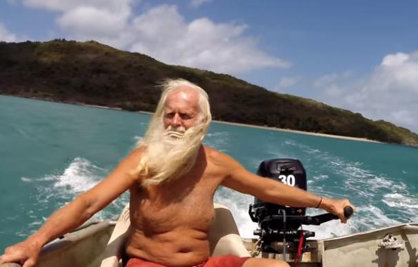 Fotografía de David Glasheen, el exmillonario que vive una isla desierta.