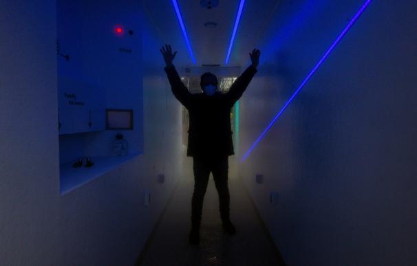 """David González Rey, uno de los cofundadores de la startup Myboxexperience, en el interior del contenedor """"spa"""" . /EFE/Brais Lorenzo"""