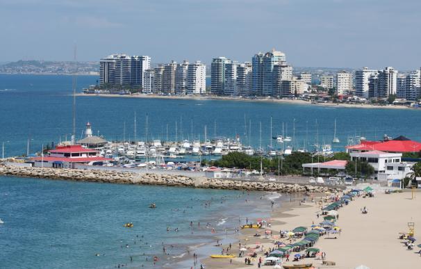 Fotografía de la playa de Salinas en Ecuador, donde los apartamentos son baratos.