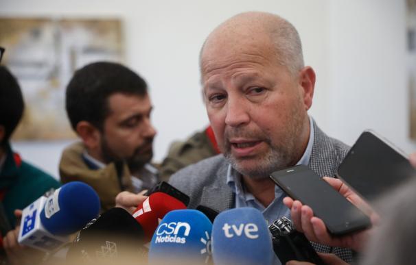 El consejero de la Junta de Andalucía Educación y Deporte, Javier Imbroda, atiende a los medios de comunicación, foto de archivo