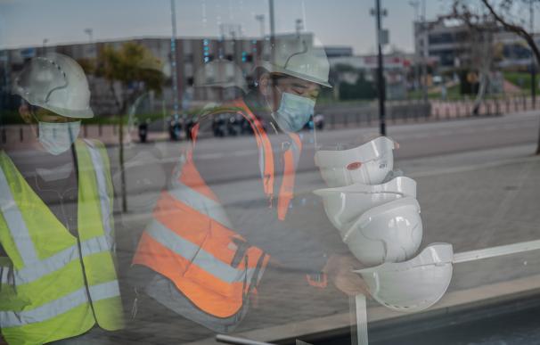 Dos trabajadores en una obra de Barcelona